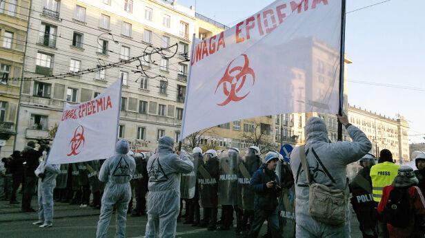 Transparenty przed kordonem - fot. Marcin Gula/tvnwarszawa.pl