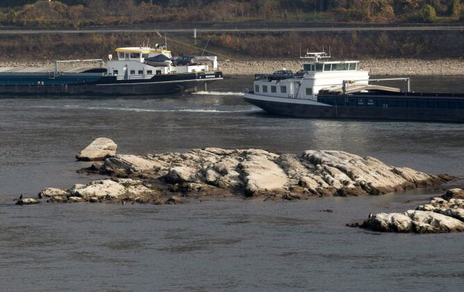 Niski poziom Renu utrudnia żeglugę (PAP/EPA)