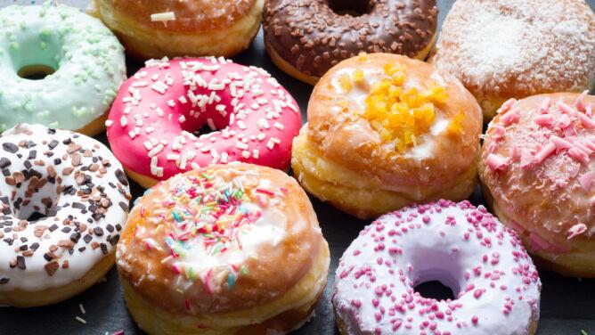 Tłusty czwartek 2021. Ile kalorii ma pączek? Jak spalić pączka?